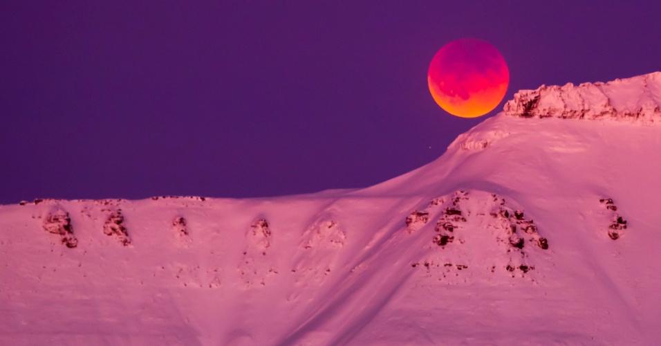 """31.jan.2018 - Uma """"superlua azul de sangue com eclipse"""" é vista de Longyearbyen, na Svalbard (Noruega)"""