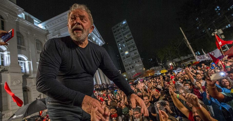28.mar.2018 - Ex-presidente Luiz Inácio lula da Silva encerrou sua caravana pelo Sul do país em um ato realizado em Curitiba