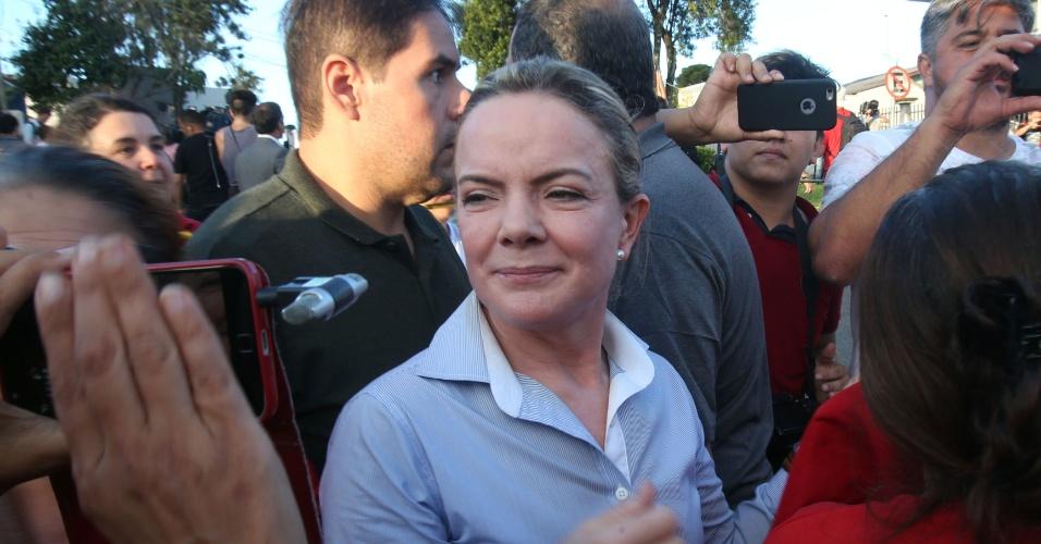8.abr.2018 - A presidente Nacional do PT, senadora Gleisi Hoffmann, participa de ato em apoio ao ex- presidente Luiz Inácio Lula da Silva, neste domingo (8), no entorno da Superintendência da Polícia Federal, em Curitiba, onde Lula passou a cumprir pena