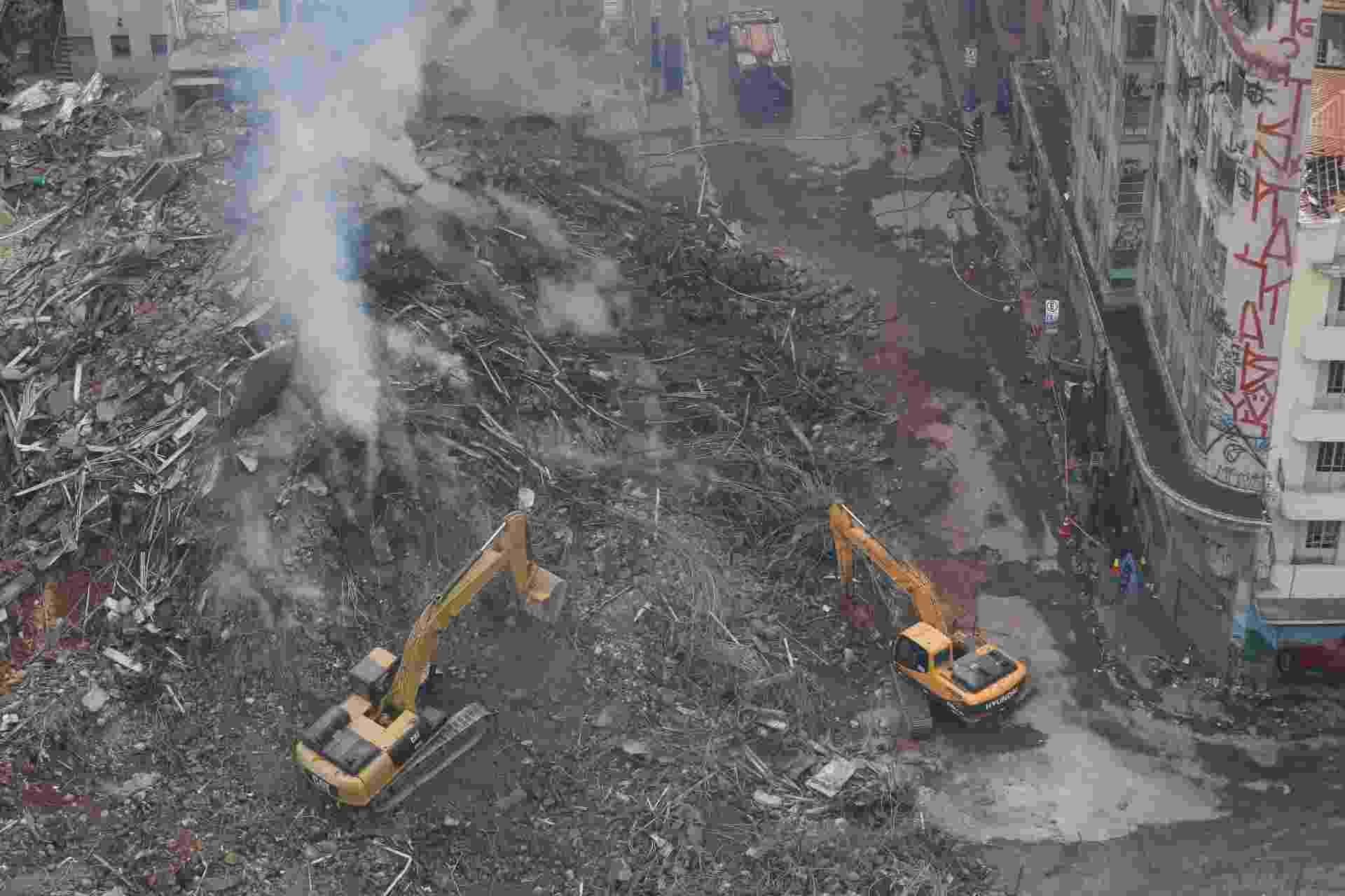 3.mai.2018 - Bombeiros usam retroescavadeiras nos trabalhos de buscas por possíveis vítimas no local onde o edifício Wilton Paes de Almeida desabou, no centro de São Paulo - Fábio Vieira/Fotorua/Estadão Conteúdo