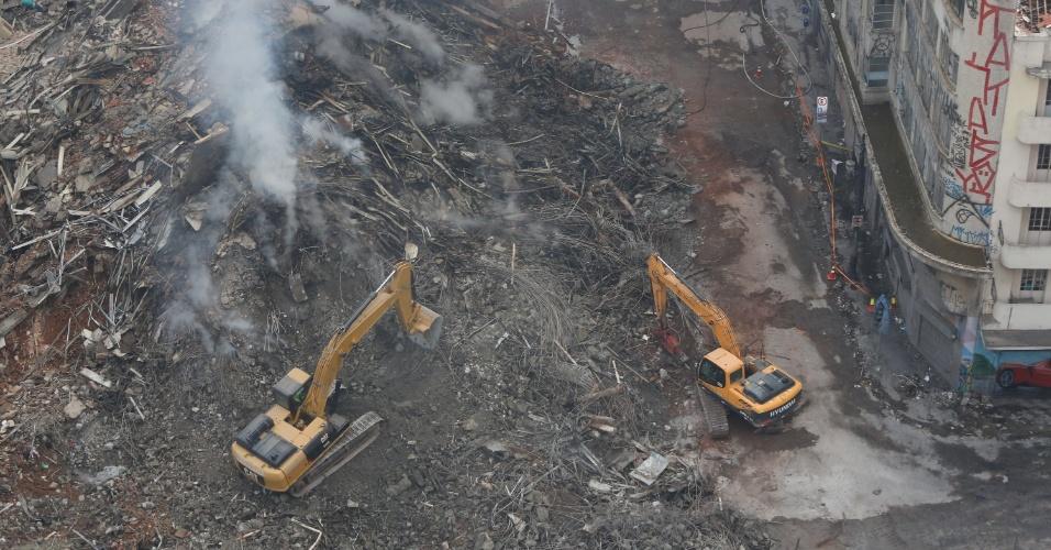 3.mai.2018 - Bombeiros usam retroescavadeiras nos trabalhos de buscas por possíveis vítimas no local onde o edifício Wilton Paes de Almeida desabou, no centro de São Paulo