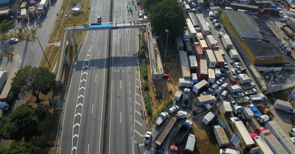 Caminhoneiros permanecem com o protesto no acesso à rodovia Presidente Dutra, entre os Kms 158 e 162, em Jacareí (SP), na manhã desta segunda-feira (28). A categoria ainda mantém bloqueios pelo país, o que causa o desabastecimento de produtos e combustível nas cidades