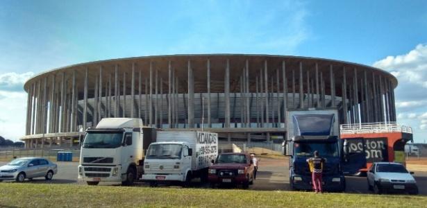 Caminhões de manifestantes em frente ao estádio Mané Garrincha, em Brasília