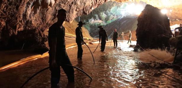 Resultado de imagem para Tailândia: siga operação de resgate de meninos e treinador presos em caverna