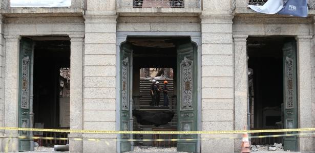 6.set.2018 - Peritos da Polícia Federal analisam o que restou do prédio do Museu Nacional, no Rio