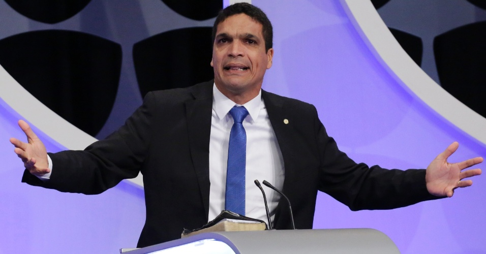 Cabo Daciolo (Patriota) se indigna durante o debate presidencial no estúdio do SBT em Osasco, Grande São Paulo