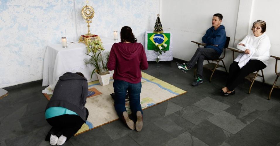 Grupo de fiéis católicos da diocese de Osasco na grande São Paulo, fazem vigília de 12 horas de oração, pelos candidatos