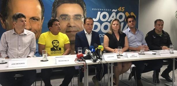 26.out.2018 - João Doria com aliados em comitê de campanha
