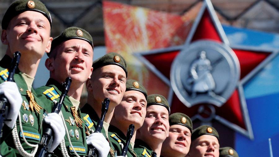 Soldados russos participam da parada do Dia da Vitória em 2018 em Moscou. O evento com imagens e símbolos soviéticos, marca o aniversário da vitória da União Soviética sobre a Alemanha nazista na Segunda Guerra Mundial - Maxim Shipenkov/Pool via Reuters