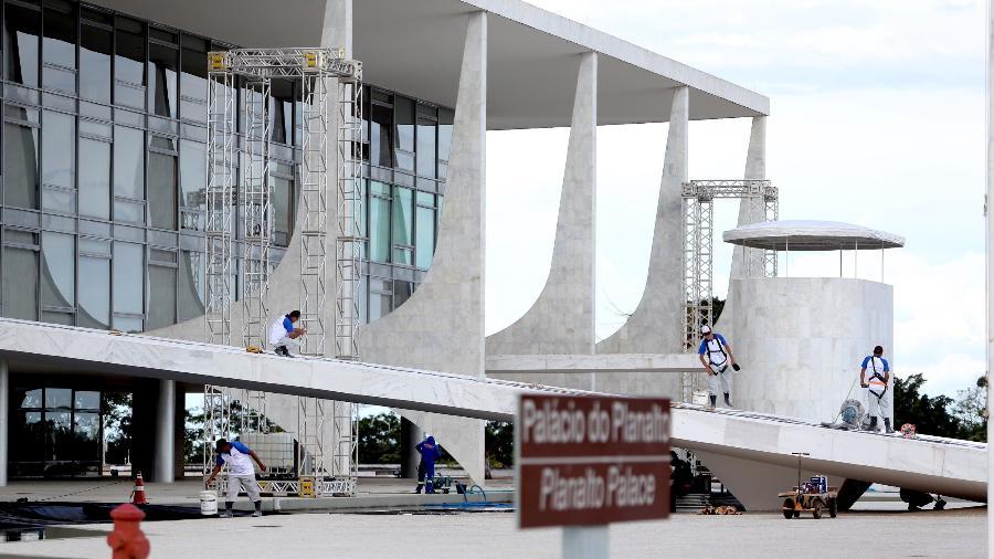 Operários trabalham durante os preparativos para a posse do presidente eleito - ERNESTO RODRIGUES/ESTADÃO CONTEÚDO