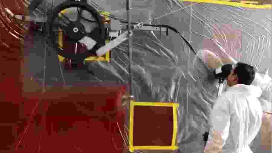 Homem segura ventilador para auxiliar robô durante teste da Petrobras - Divulgação/Petrobras