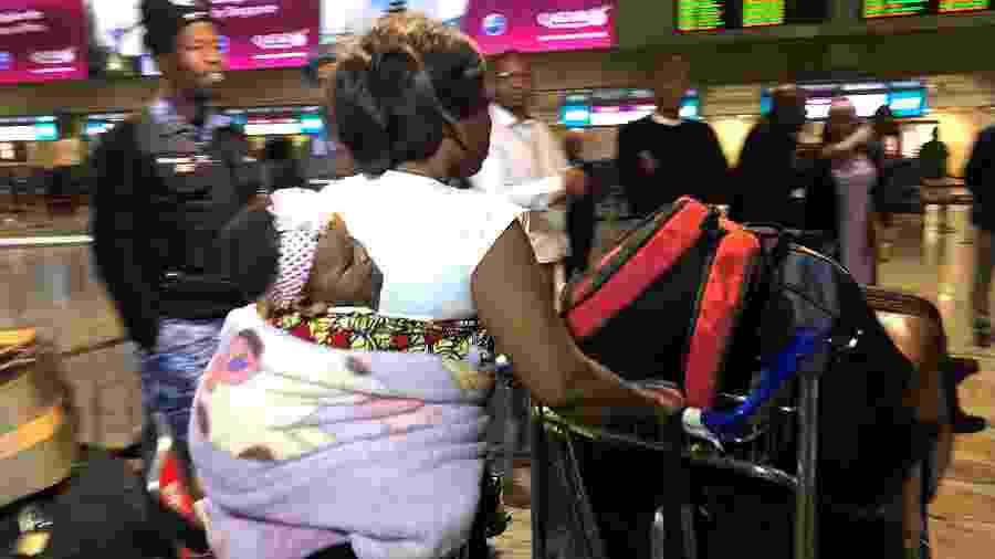 Mulher nigeriana se prepara para embarcar para a Nigéria após ataques xenofóbicos na África do Sul - Reuters