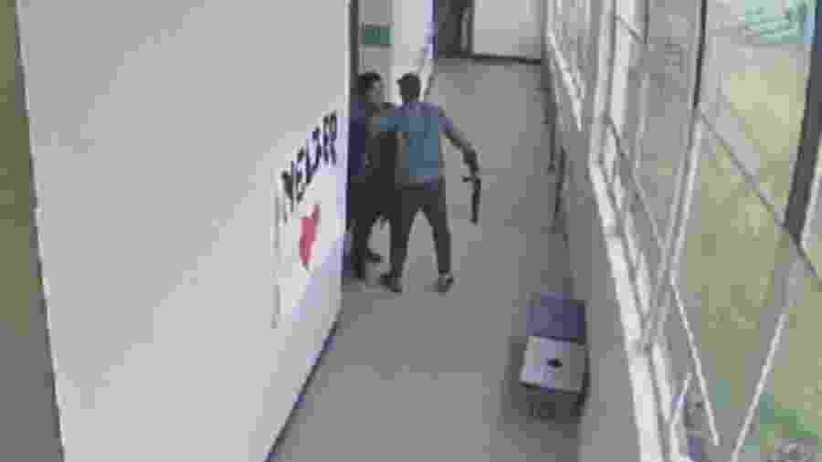 Momento em que Keanon Lowe tira a arma do estudante Angelo Granados-Diaz - Reprodução