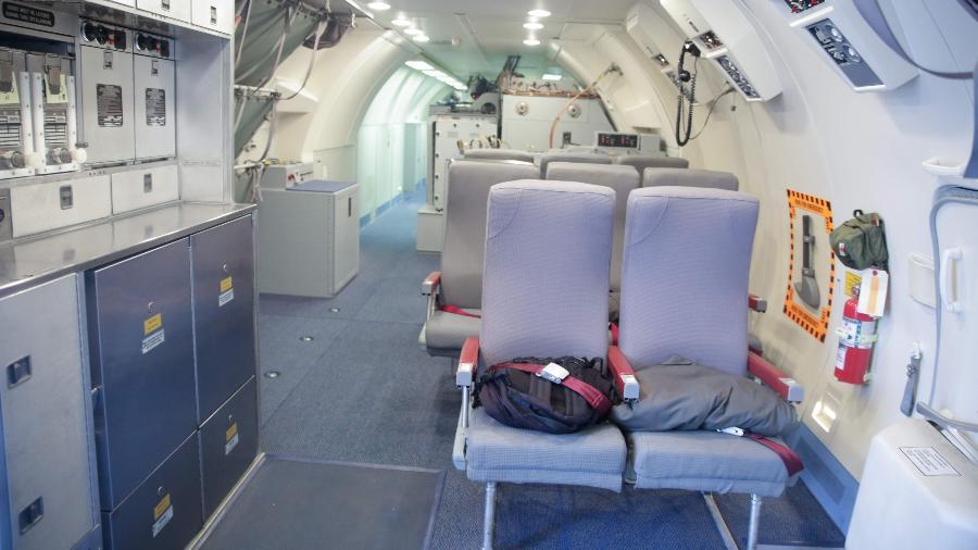 Foto mostra o interior de uma aeronave Boeing E-3A Airborne Warning & Control System (AWACS) - ARIS OIKONOMOU / AFP
