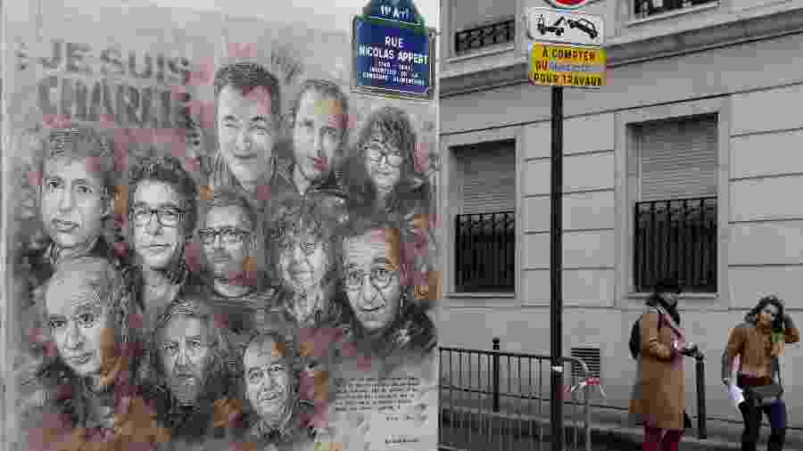 7.jan.2020 - Trabalho do artista francês Christian Guemy, também conhecido como C215, mostra integrantes do semanário Charlie Hebdo em uma esquina próxima ao endereço onde funciona a redação, em Paris, que foi alvo de um ataque terrorista cinco anos atrás. Doze pessoas morreram - François Guillot/AFP