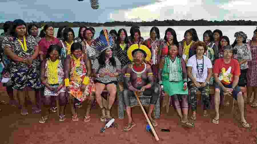 15.jan.2020 - O cacique Raoni (ao centro), liderança da tribo Caiapó, a líder indígena Sonia Guajajara (ao seu lado direito) e Ângela Mendes (de camiseta branca, sentada) posam para uma foto em Piaracu, perto de São José do Xingu, em Mato Grosso   - Carl de Souza/AFP