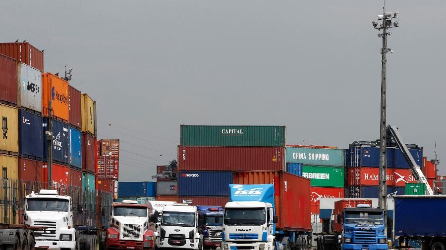 Caminhões transitam pelo porto de Santos, em São Paulo - PAULO WHITAKER