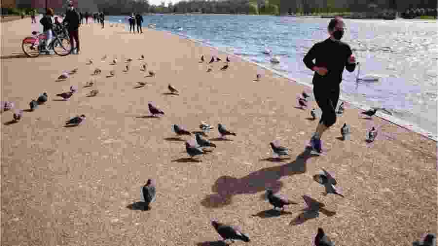 Mulher corre em parque de Londres - Getty Images