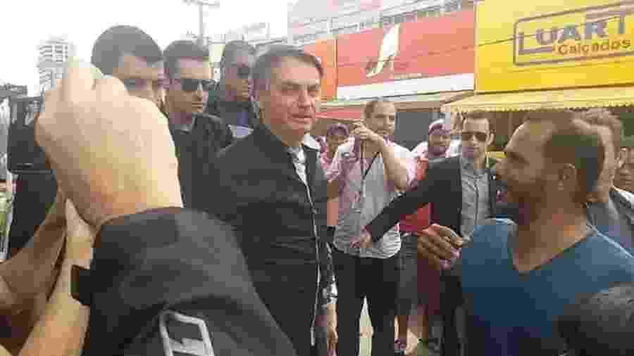 No dia seguinte à entrevista de seu ministro da Saúde, Bolsonaro faz o contrário do recomendado e volta a cair nos braços da galera, numa provocação barata e perigosa - Foto: Marcos Pereira/ Estadão
