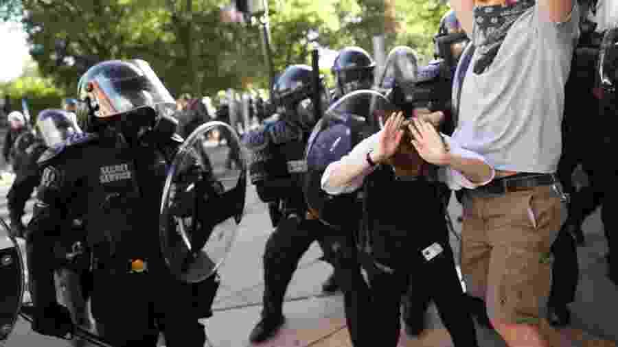 Agentes do Serviço Secreto  enfrentam manifestantes durante protestos contra a morte de George Floyd, em Washington DC - JONATHAN ERNST/REUTERS
