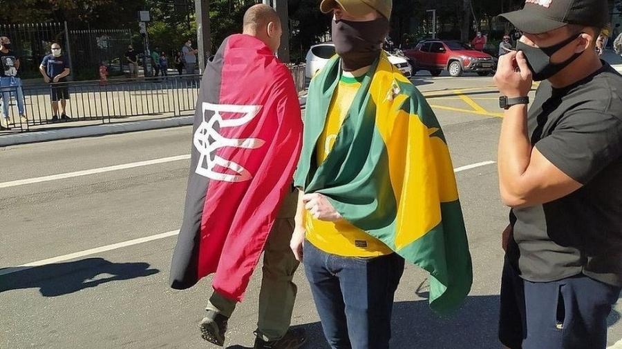 Bandeira vermelho e negra com brasão ucraniano é considerada um símbolo ligado ao neonazismo - Reprodução/Twitter