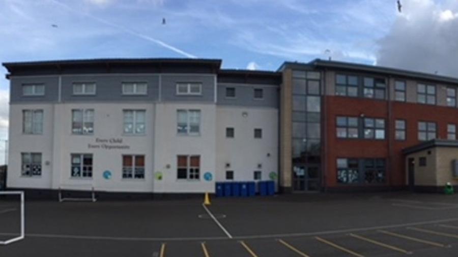 Escola no Reino Unido foi criticada após publicação de vídeo - Reprodução/Twitter