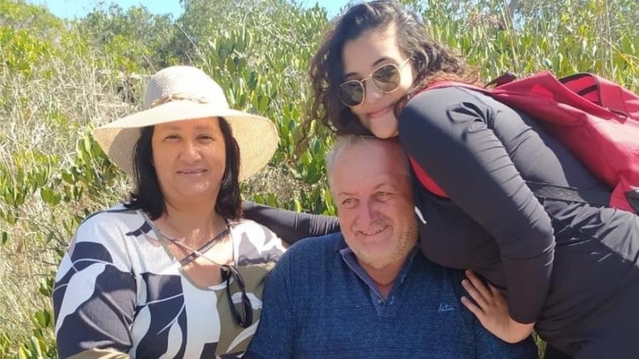 Giovana e os pais: registros em passeio são as últimas fotos da adolescente que a família tem - Arquivo pessoal