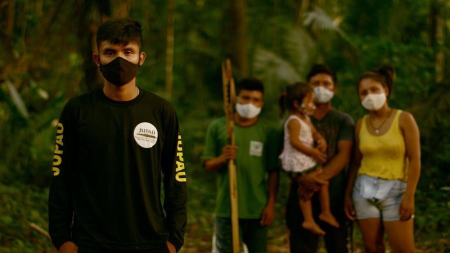 Terra Indígena Uru Eu Wau Wau é uma das áreas protegidas que tiveram pedaços anunciados ilegalmente no Facebook; líder Bitaté (à esq.) cobrou providências - BBC