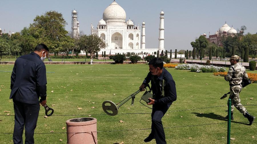 4.mar.2021 - Seguranças usam detectores de metal depois de evacuação do Taj Mahal por suspeita de bomba - Pawan Sharma/AFP