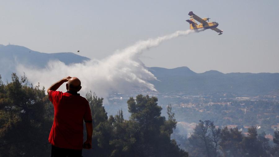 Fogo atinge região próxima a Atenas - REUTERS/Costas Baltas