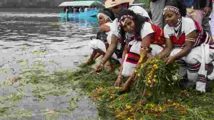 Ano Novo etíope coincide com início da primavera no país; celebrações incluem jogar grama e flores na água, para agradecer a Deus por essa estação - AFP - AFP