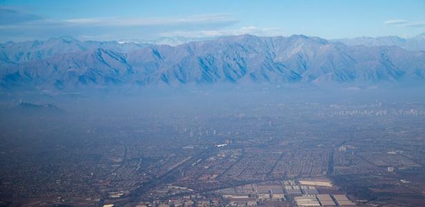Densa neblina provocada por poluição cobre a cidade de Santiago, no Chile, em foto de 22 de junho - Luis Echeverria/ Xinhua