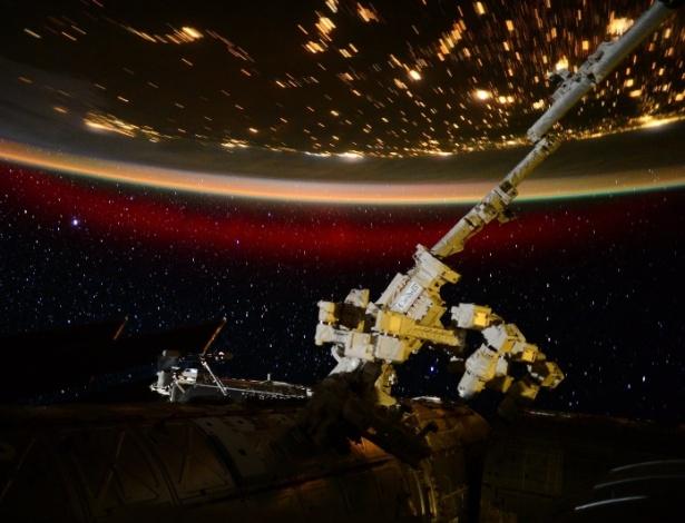 A bordo da Estação Espacial Internacional (ISS, na sigla em inglês), o astronauta americano Scott Kelly registrou esta aurora boreal no dia 22 de junho. A imagem foi divulgada na terça-feira (23) pela Nasa (agência espacial norte-americana)