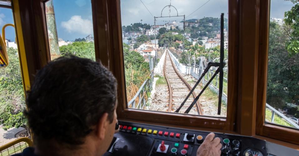 27.jul.2015 - Maquinista conduz bondinho de Santa Teresa, na região central do Rio de Janeiro, na manhã desta segunda-feira (27), primeiro dia de pré-operação do sistema
