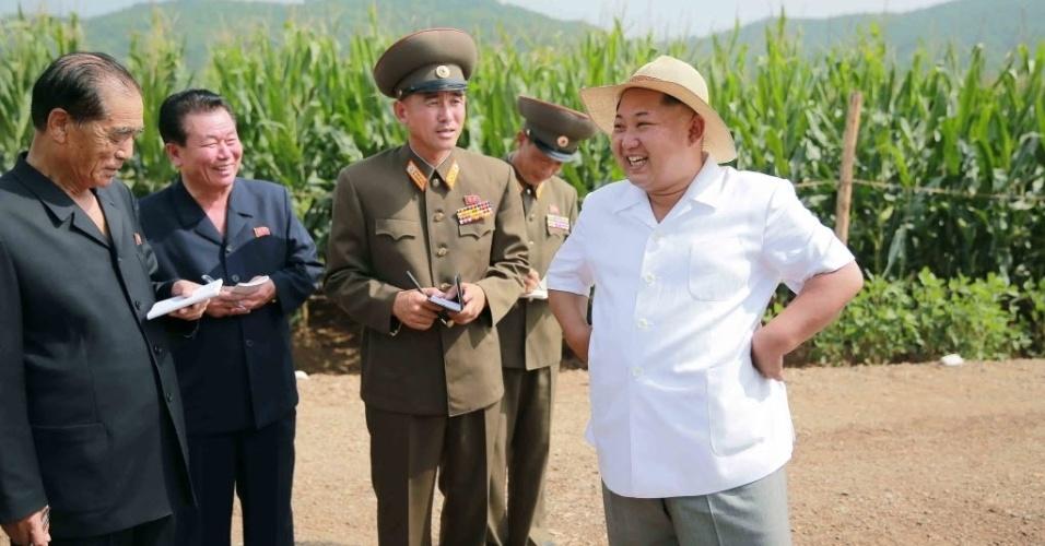 13.ago.2015 - O ditador da Coreia do Norte, Kim Jong-un, passa orientações para oficiais do Exército na fazenda  de número 1116, em foto divulgada pela Agência de Notícias estatal (KCNA)