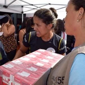 Pessoas deixam doações no Ginásio Arena, em Mariana (MG), onde desabrigados da tragédia em Bento Rodrigues estão alojados