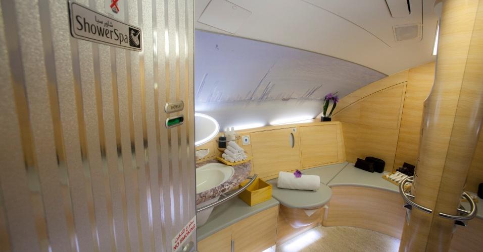 Sim, o A380 da Emirates tem chuveiro para os passageiros da primeira classe. A área é chamada de Shower Spa.