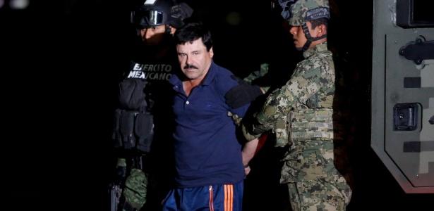 """O narcotraficante Joaquin Guzman, mais conhecido como """"El Chapo"""", é escoltado por soldados durante apresentação na Cidade do México"""