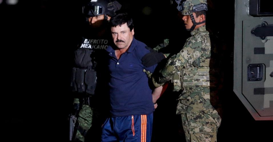 """8.jan.2016 - O narcotraficante Joaquin Guzman, mais conhecido como  """"El Chapo"""", é escoltado por soldados durante apresentação na Cidade do México. Após uma fuga polêmica, El Chapo foi recapturado no México nesta sexta-feira, e encaminhado ao mesmo presídio de onde escapou em julho de 2015"""