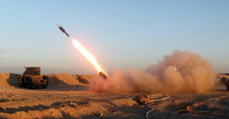 31.jan.2016 - Forças iraquianas pró-governo disparam míssil contra um grupo de seguidores do Estado Islâmico nos arredores de Ramadi, na província de Anbar (Iraque), neste domingo (31)