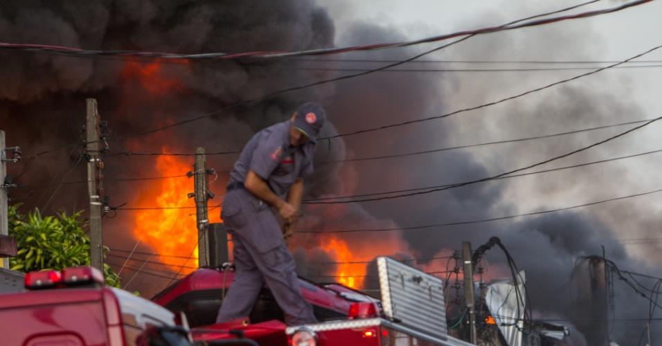 31.jan.2016 - Um incêndio de grandes proporções atinge um depósito de reciclagens na zona sul de São Paulo (SP) neste domingo (31). Viaturas do Corpo de Bombeiros já estão no local para combater o fogo. Não há informações sobre vítimas