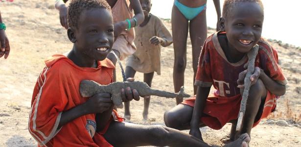 Crianças brincam com armas feitas de argila no Sudão do Sul