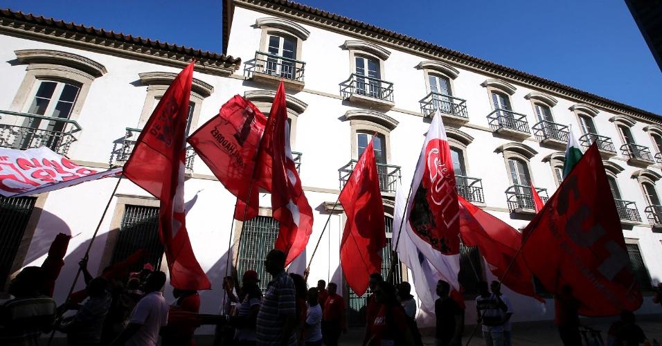 18.mar.2016 - Manisfestantes pró-governo e contra o impeachment da presidente Dilma Rouseeff exibem bandeiras na praça XV,  centro do Rio de Janeiro