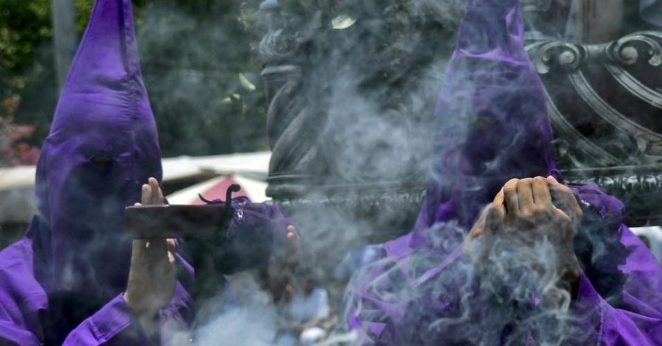 25.mar.2016 - Nesta Sexta-Feira Santa, fiéis usam traje típico para participar de procissão no município de Santa Fé de Antioquia, na Colômbia