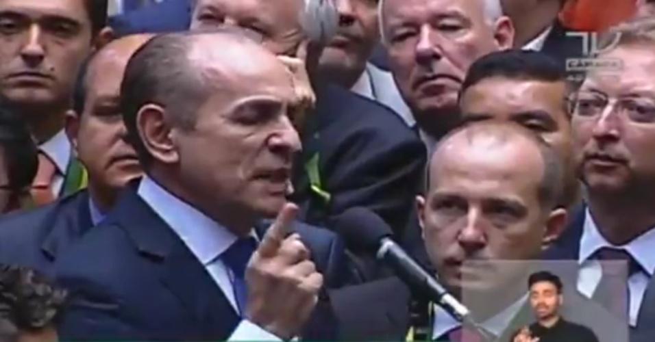17.abr.2016 - Ministro da Saúde, o deputado Marcelo Castro (PMDB-PI) se licenciou do cargo para votar contra o impeachment da presidente Dilma (PT). O ministro elogiou a honestidade da presidente