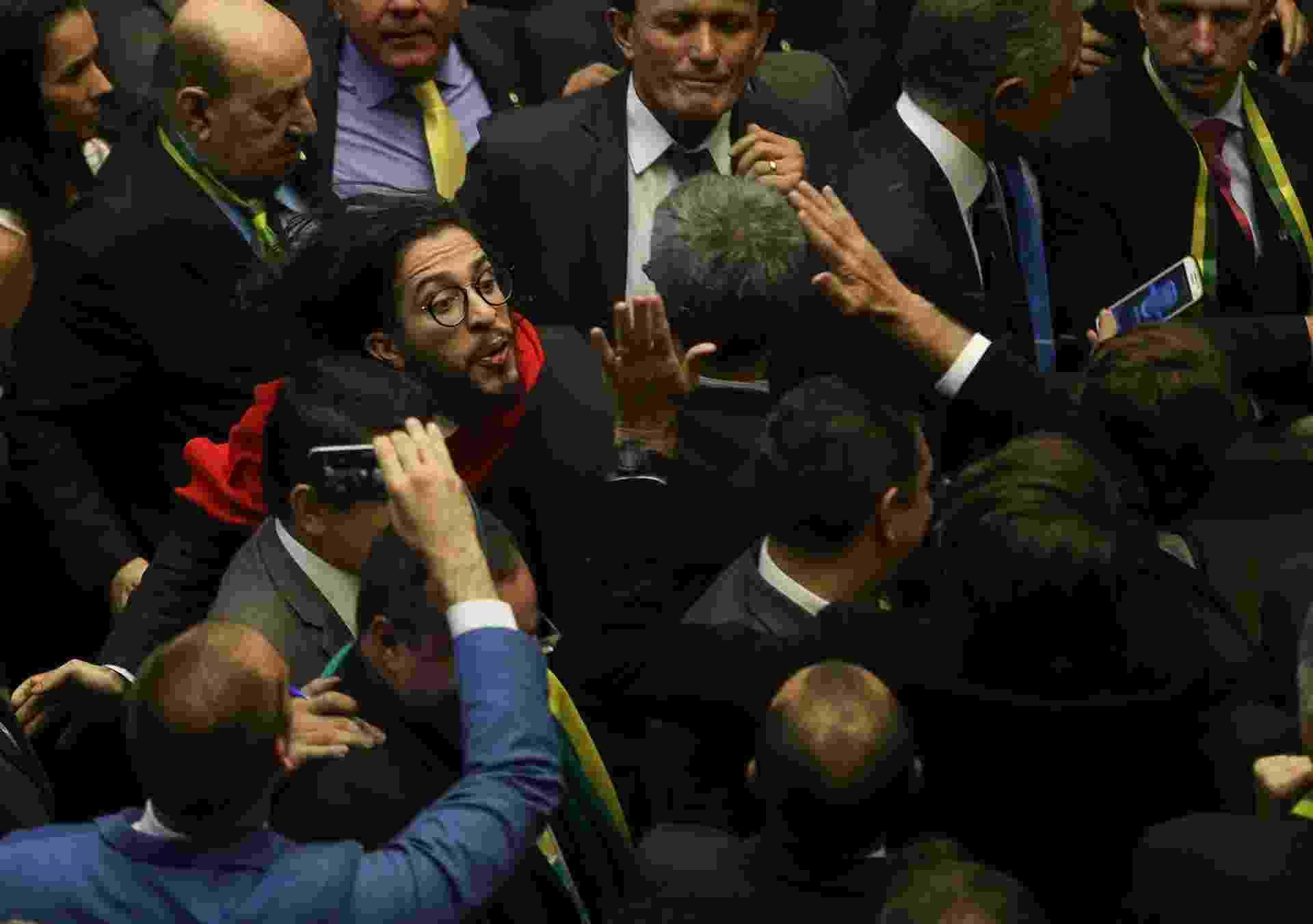 O deputado Jean Willys cospe no deputado Jair Bolsonaro durante a sessão da Câmara dos Deputados durante votação para abertura ou não do pedido de Impeachment da presidente Dilma Rousseff - Alan Marques/ Folhapress