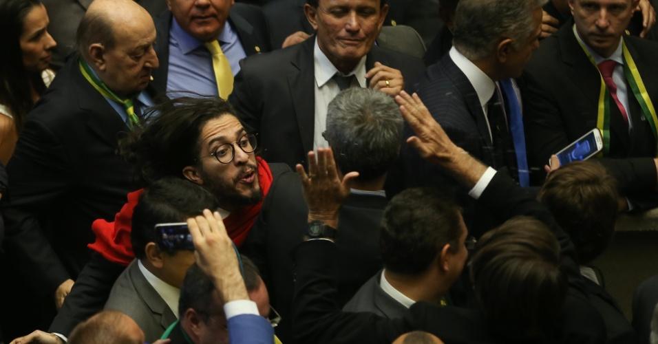 O deputado Jean Willys cospe no deputado Jair Bolsonaro durante a sessão da Câmara dos Deputados durante votação para abertura ou não do pedido de Impeachment da presidente Dilma Rousseff