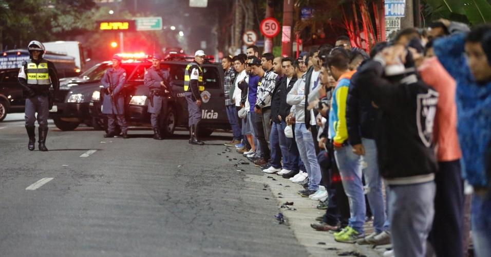 6.mai.2016 - Polícia Militar realiza operação contra rachas de veículos em posto de gasolina da marginal Pinheiros, na zona oeste de São Paulo. Dezenas de pessoas foram averiguadas e podem perder as habilitações por participar das corridas ilegais