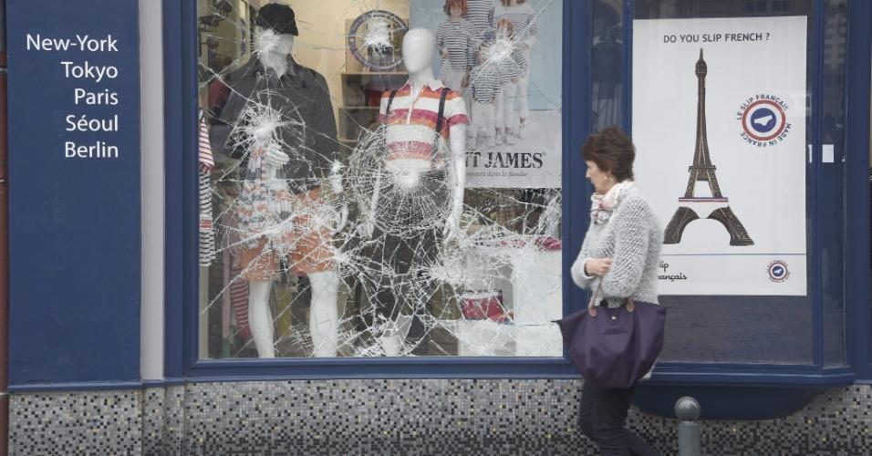 """14.mai.2016 - Francesa passa diante de vitrine quebrada em Rennes, no oeste da França, após confronto entre policiais e manifestantes durante a madrugada, parte do movimento """"Nuit debout"""". O movimento, liderado por jovens, começou em 31 de março para protestar contra a proposta do governo francês de reforma trabalhista, e vem se ampliando desde então"""