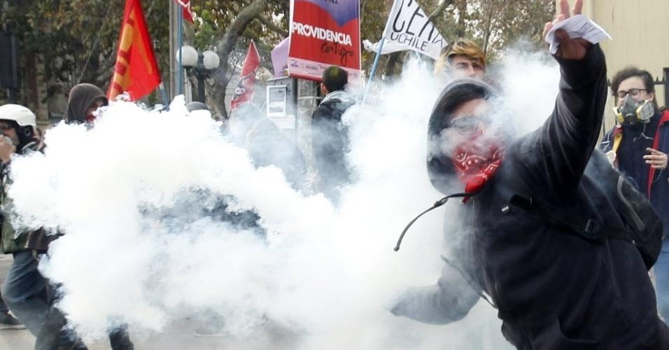 26.mai.2016 - Estudantes entram em confronto com a polícia durante um protesto contra a lentidão da reforma na educação em Santiago, no Chile